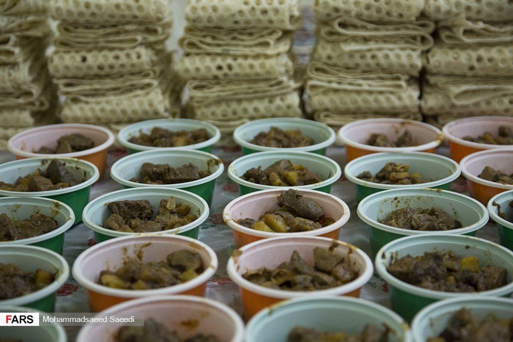 پخت و توزیع غذای گرم برای کارتن خواب ها